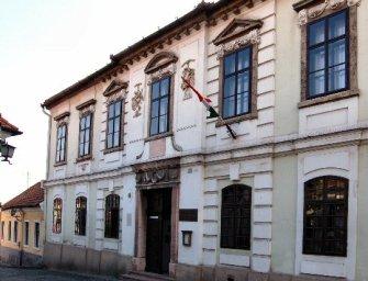 Ha majd Szentendre múzeumaiban töltheted az éjszakát, ágyban, pezsgővel