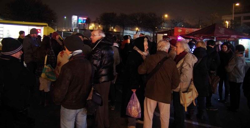 Demonstrálók Ákos december 16-ai koncertje előtt- a szerző fotója