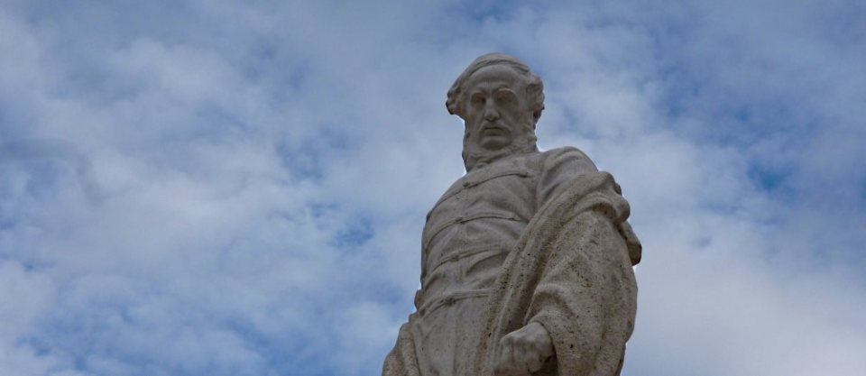 Kossuth Lajos mintha kicsit féltékenyen figyelt volna a tér szélén...