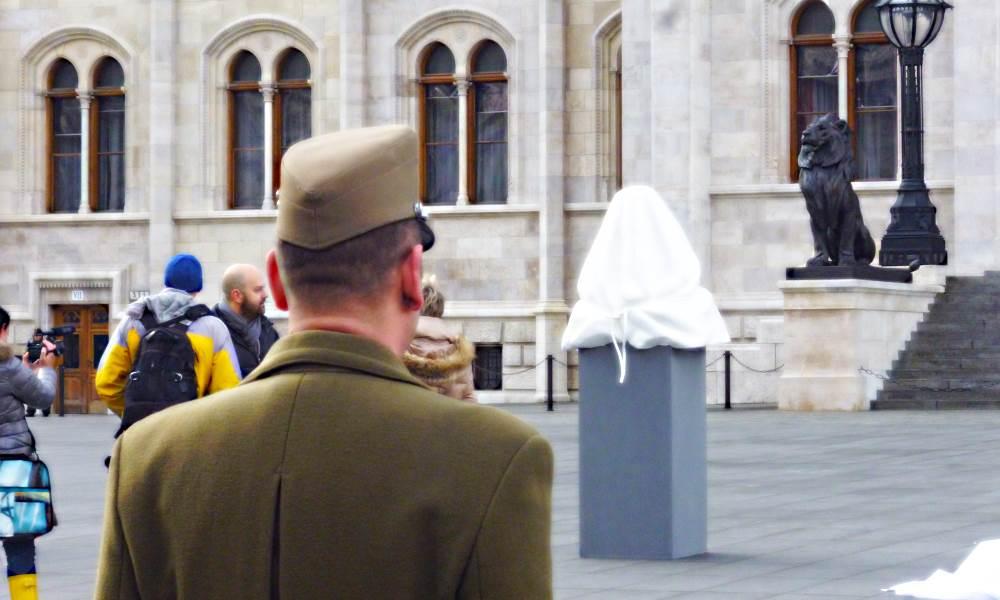 Szinte megható, ahogy a parlamenti őrsereg tagja s a Parlament oroszlánja egyként őrizte a szobrot!