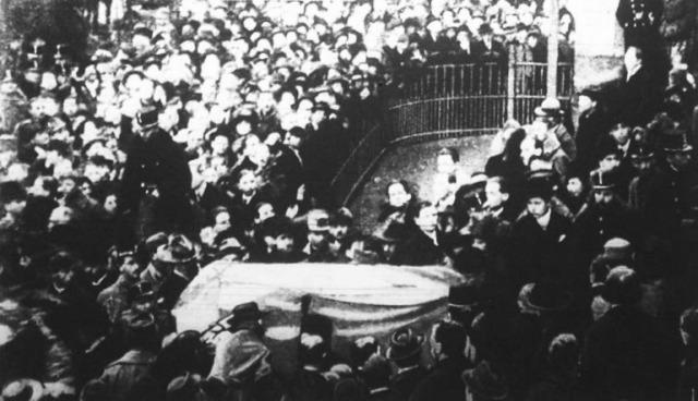 Ady temetése. A gyászmenet elindul a Múzeumkertből ady endre