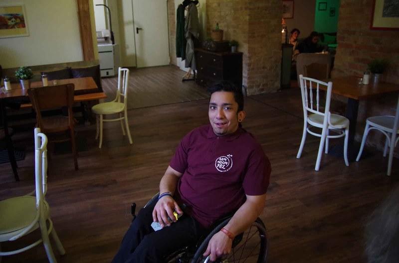 Richárd, a Nem Adom Fel kávézó egyik munkatársa - a szerző fotója
