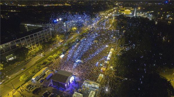 Drónnal készült felvételen résztvevők világító léggömböket engednek a magasba az eltűnt gyermekek világnapjához kapcsolódó, Ezer lámpás éjszakája elnevezésű rendezvényen Budapesten, az 56-osok terén 2016. május 29-én. MTI Fotó: Ruzsa István