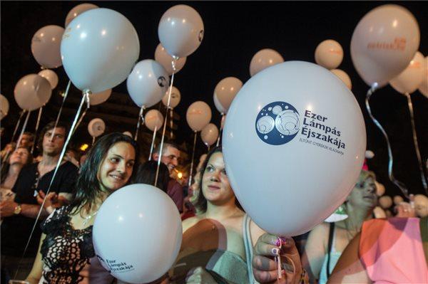 Résztvevők világító léggömbökkel az eltűnt gyermekek világnapjához kapcsolódó, Ezer lámpás éjszakája elnevezésű rendezvényen Kecskeméten, a Kossuth téren 2016. május 29-én. MTI Fotó: Ujvári Sándor