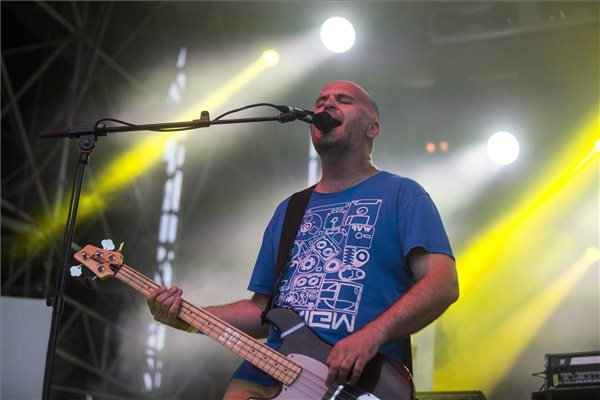 Varga Ádám, a 30Y zenekar basszusgitárosa az együttes koncertjén a 41. alkalommal megrendezett Egyetemisták és Főiskolások Országos Turisztikai Találkozóján (EFOTT) Velencén 2016. július 13-án. MTI Fotó: Marjai János