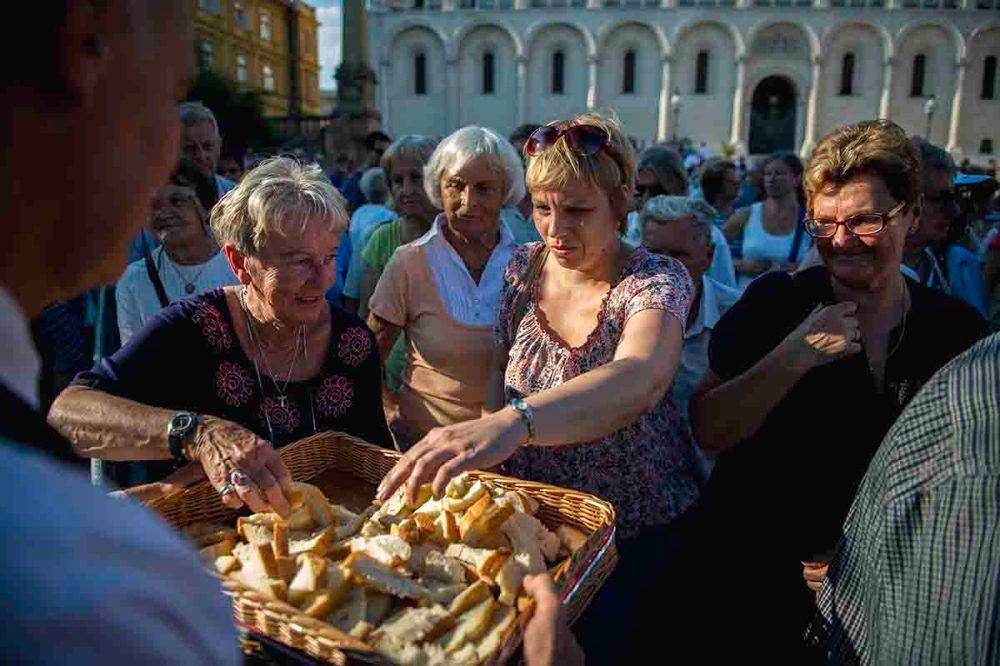 Pécs, 2016. augusztus 20. Felszeletelt új kenyér a Magyarok kenyere program ünnepségén a pécsi Dóm téren 2016. augusztus 20-án, a nemzeti ünnepen. MTI Fotó: Sóki Tamás
