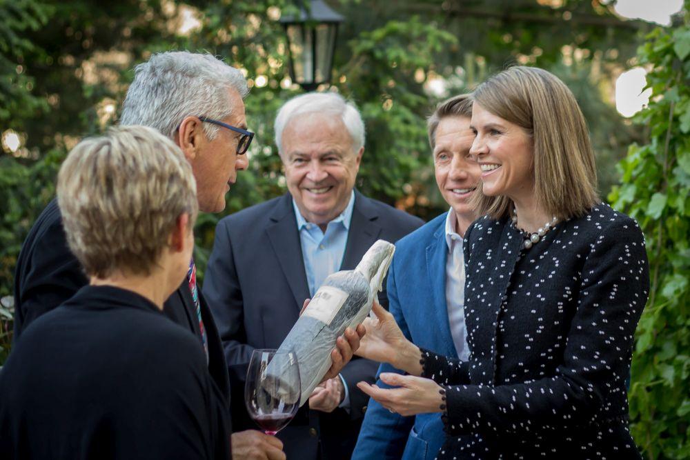 Colleene Bell amerikai nagykövettel, a férjével és az édesapjával a budai ház kertjében