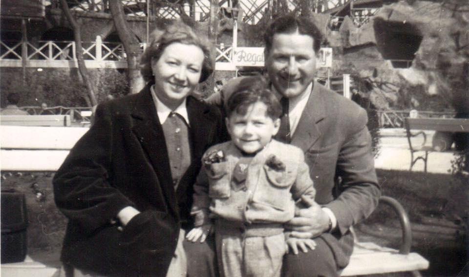 A szüleivel 1956. október 23-án a Hősök terén. Tanúi voltak a Sztálin-szobor lebontásának