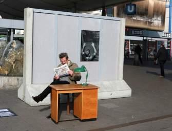A Népszabi utolsó számával fotóztatta magát Bécsben a világhírű művész