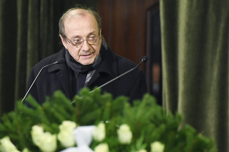 Perényi Miklós, a Nemzet Művésze címmel kitüntetett, kétszeres Kossuth-díjas és Liszt Ferenc-díjas gordonkaművész búcsúbeszédet mond.