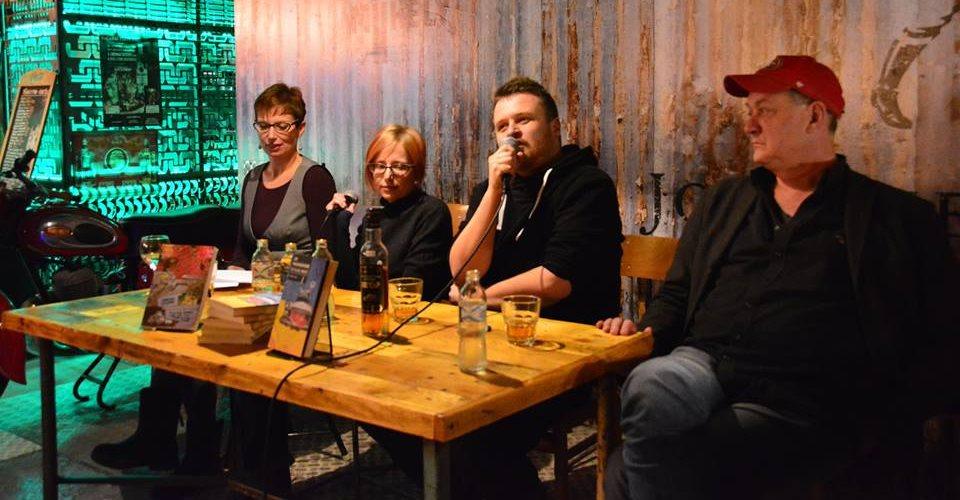 A Műhely pubban Ziemowit Szczerek beszélgetett Németh Orsolya polonistával, Kellermann Viktória tolmáccsal és Vágvölgyi B. András újságíróval. (forrás: Typotex-facebook)