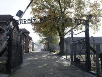 Meztelen tiltakozók birkát öltek a haláltábor kapujánál
