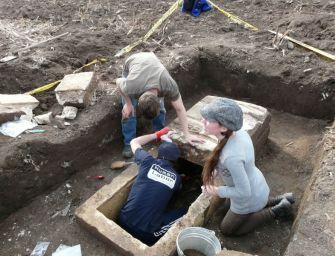 Szokatlanul sok illatszeres üvegcsét találtak egy nő 1700 éves koporsójában Környén