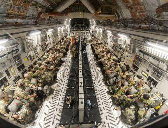A nap fotója: Ejtőernyős ugrásra készülő katonák a Big Mac-ben