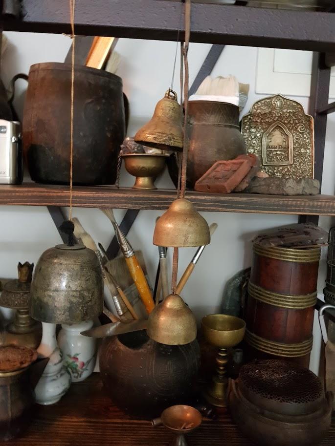 Tibeti tárgyak Fan Yiming műtermében