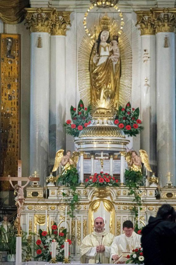 Csíksomlyó, 2020. május 30. Kovács Gergely gyulafehérvári érsek szentmisét celebrál a csíksomlyói kegytemplomban a csíksomlyói búcsú alkalmából 2020. május 30-án. A koronavírus-járvány miatt zarándokok nélkül lehetett csak megtartani az idei csíksomlyói búcsút. MTI/Veres Nándor