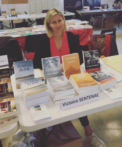 Victoire Sentenac présentant ses livres dans un salon à Vigan