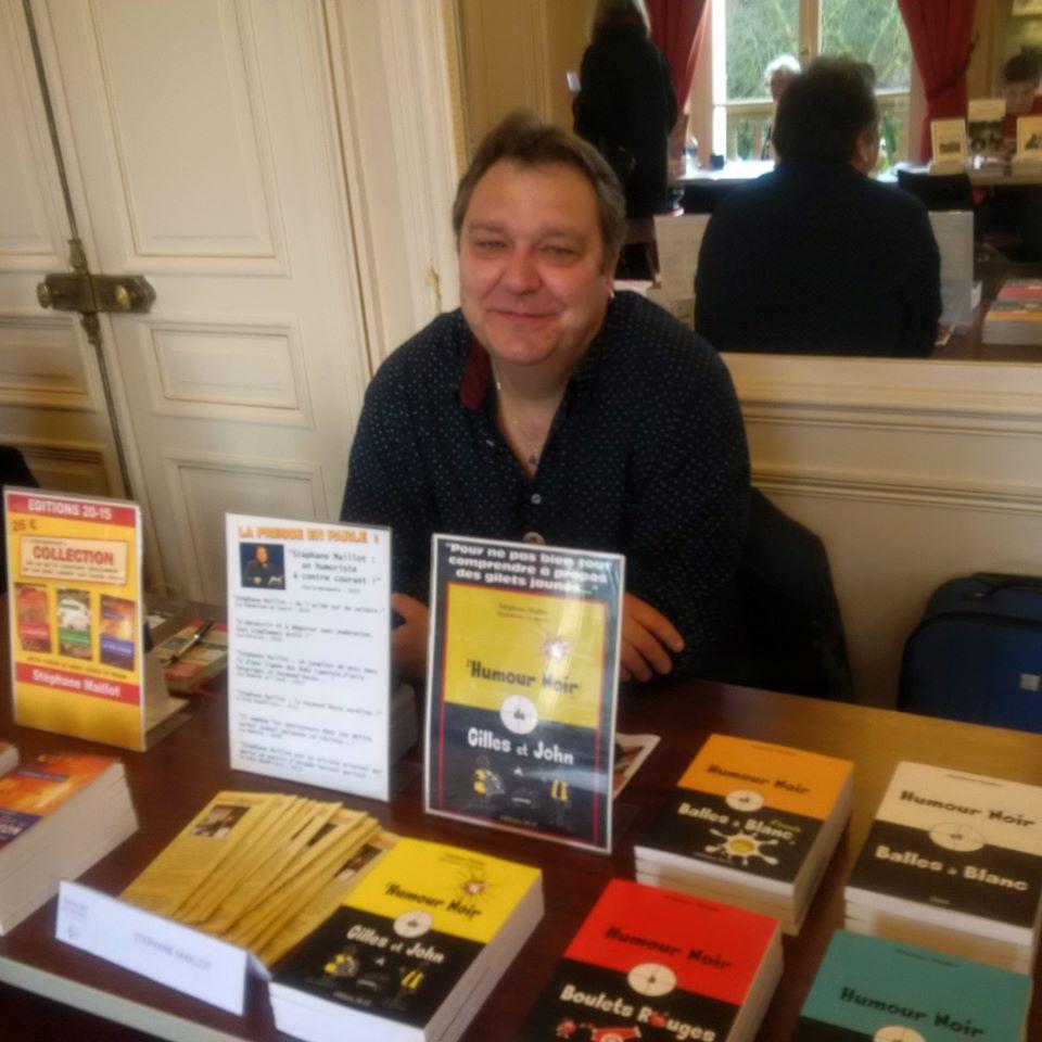 Stéphane Maillot présente ses livres dans un salon