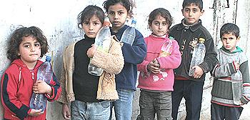 Gaza, bambini in coda per l'acqua