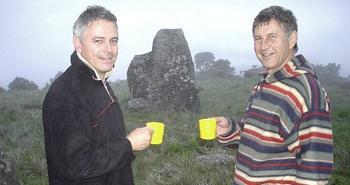 Tellinger con Johan Heine di fronte ai megaliti scoperti