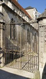 Auxerre - Église St Eusèbe - Grille d'accès extérieur