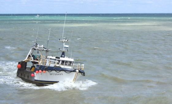 Le Tréport - Retour de bateau à marée montante - Entrée du port
