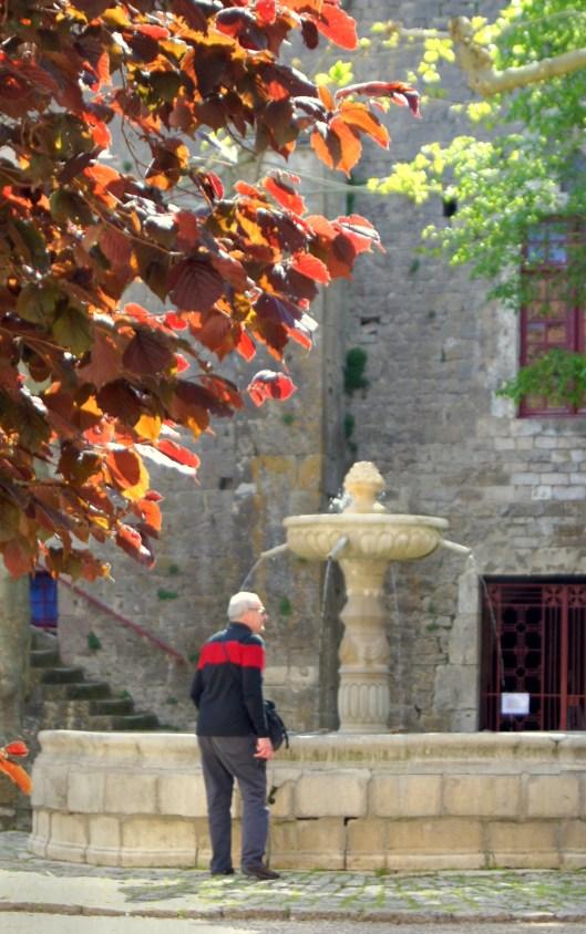 Fontaine sur la place dans l'enceinte médiévale