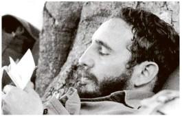 Un jeune Fidel Castro griffonne des notes en 1962. C'est l'année où des missiles soviétiques ont été découverts à Cuba. Le dirigeant soviétique Nikita Khrouchtchev a accepté de retirer les missiles après une confrontation tendue avec les États-Unis qui a duré 13 jours en Octobre