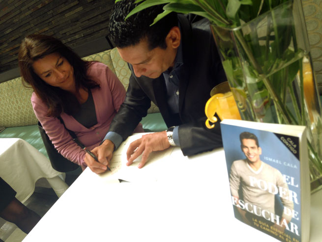 El periodista cubano Ismael Cala autografiando su libro. Foto ismaelcala.com