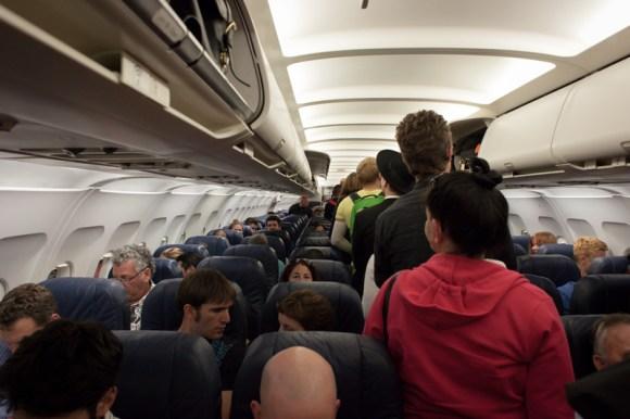Pasjeros sentándose en un avión