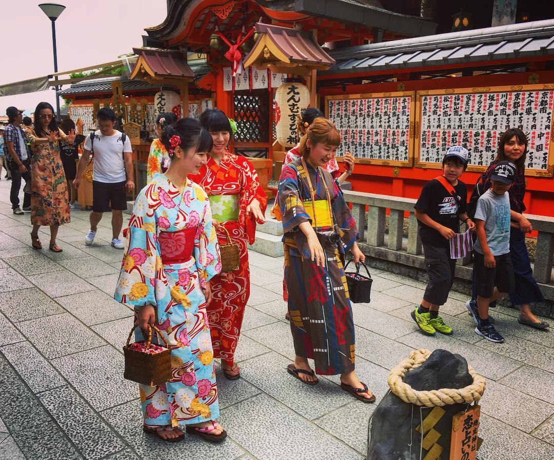 Kyoto, Japon. À l'intérieur du sanctuaire Joshu-jinja sont deux pierres séparées de 18 mètres. Quiconque parvient à parcourir cette distance les yeux clos et à toucher la seconde pierre fera une rencontre amoureuse.