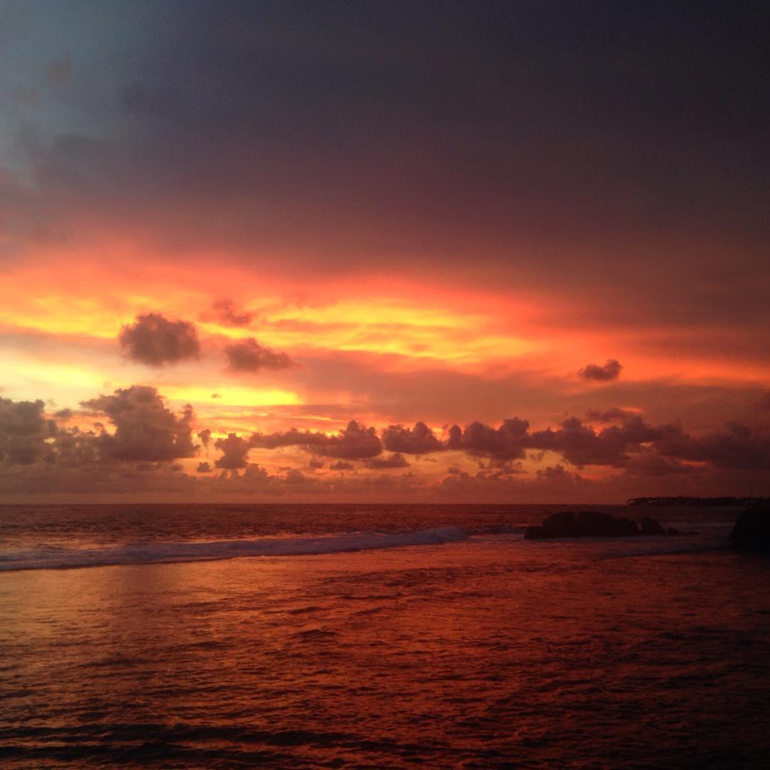 Galle, Sri Lanka. C'est le genre de moment que l'on voudrait partager avec quelqu'un qui ressent les couleurs comme une musique, qui perçoit l'odeur du vent, la douceur de l'air, et qui voit dans le cœur des hommes.