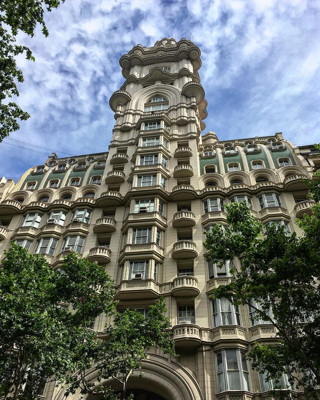 Buenos Aires, Argentine. Le Palacio Barolo, le premier gratte-ciel d'Amérique du Sud, avec ses cent mètres de hauteur, achevé en 1923.