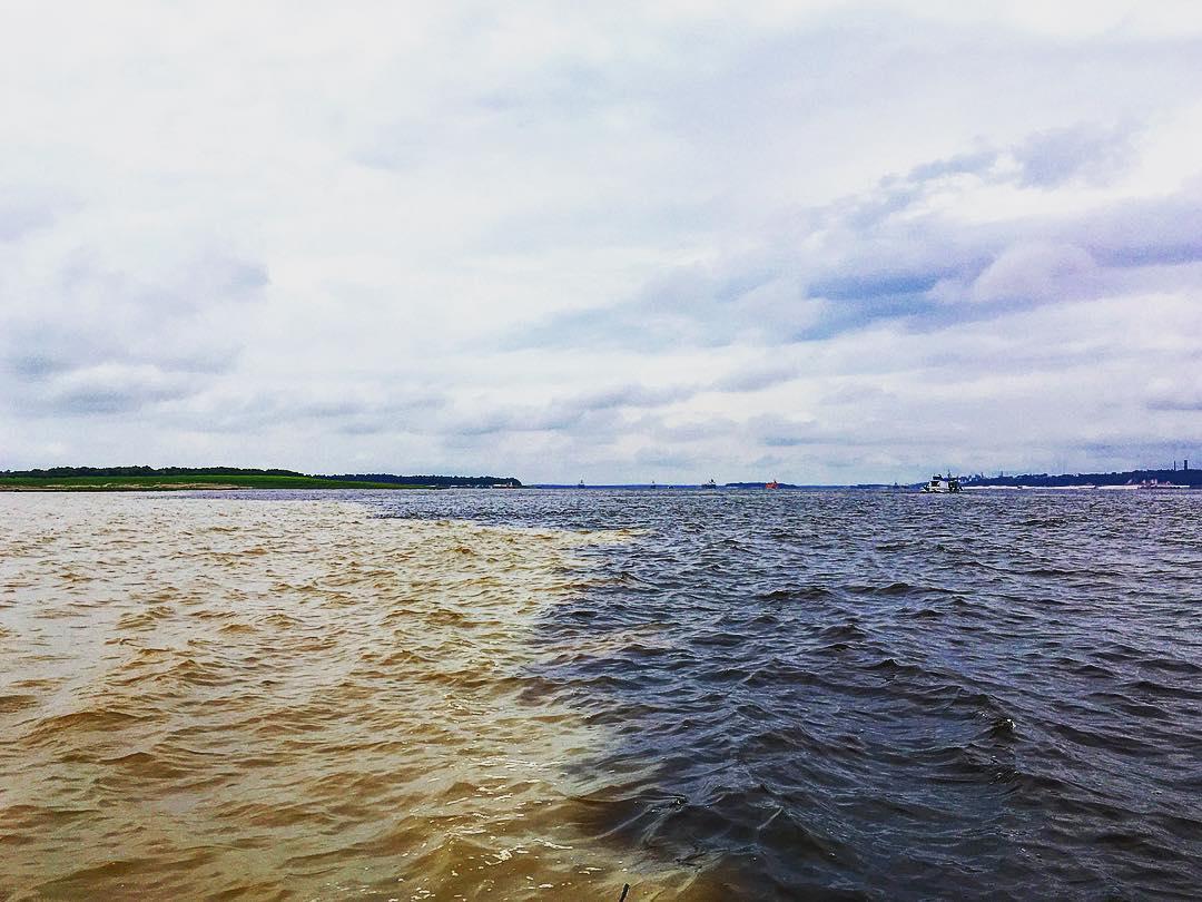 Rencontre des eaux, en aval de Manaus, capitale de l'État d'Amazonas, Brésil.