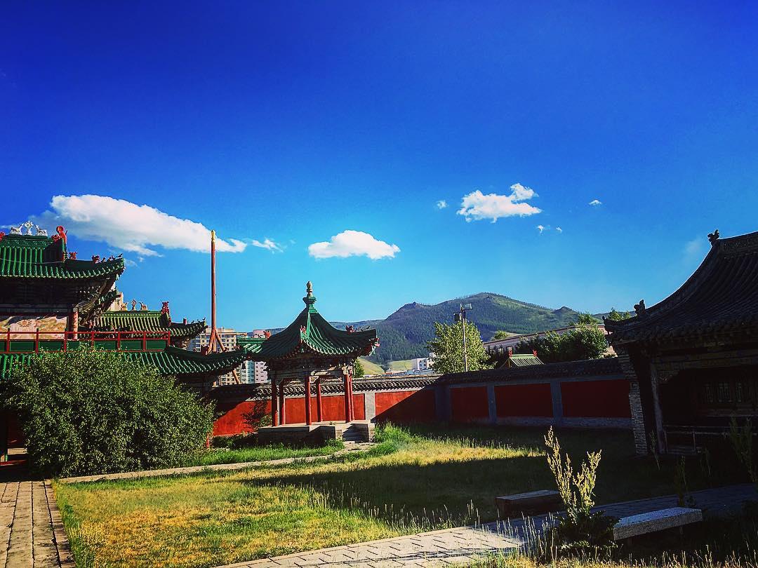 Oulan-Bator, Mongolie. Derrière le palais d'hiver du Bogd Khan, la montagne sacrée qui porte son nom, Bogd Khan Uul.