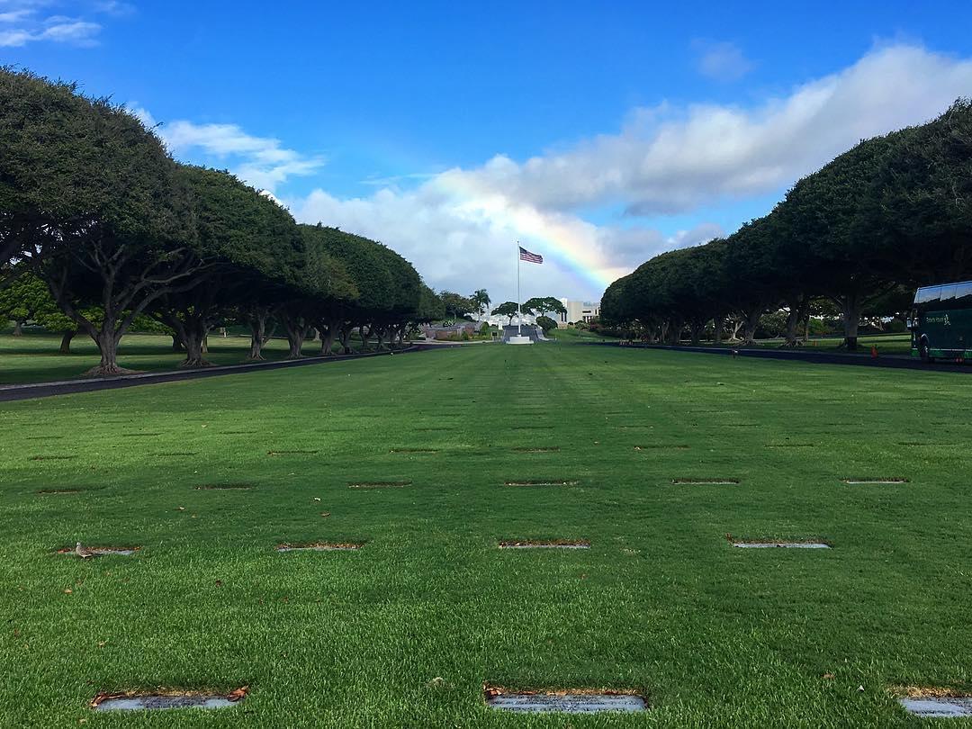 Honolulu, Hawaii. Cimetière national du Pacifique. Des plaques en mémoire de différents événements parsèment le lieu.