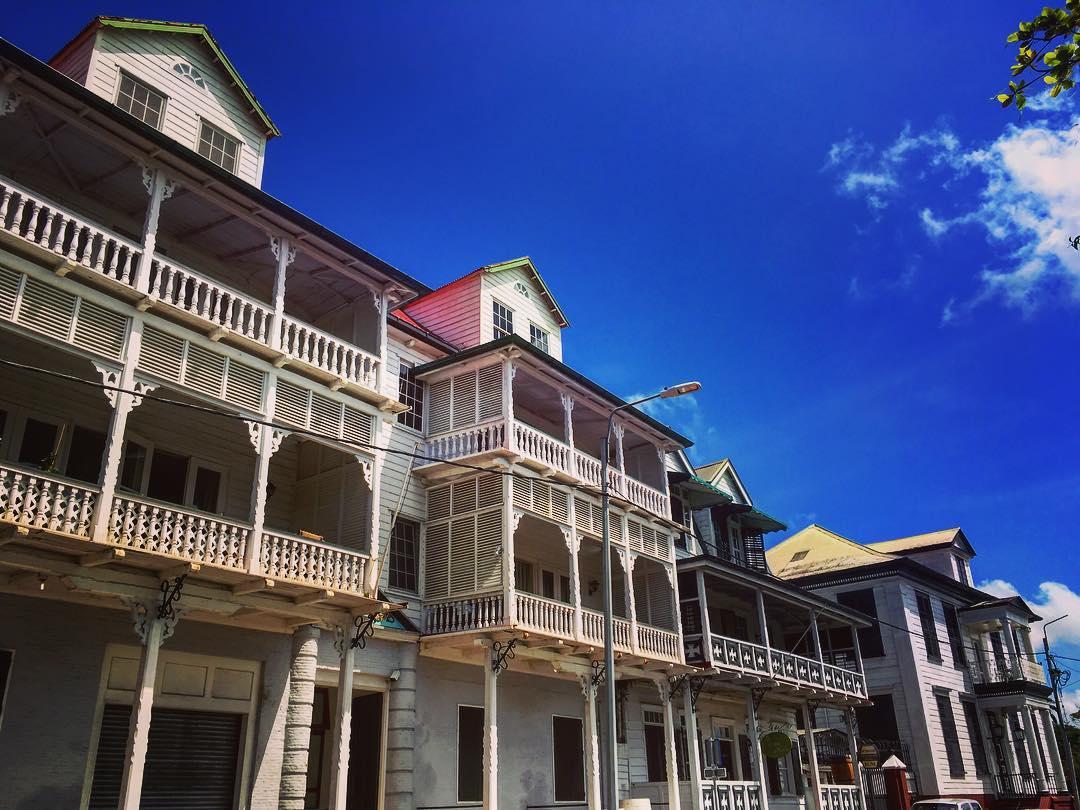 Située à l'embouchure du fleuve Suriname, Paramaribo (tupi-guarani pour « les habitants de la large rivière ») a des airs caraïbes : son architecture, son port, la proximité de l'Océan, le parler local, un anglais mâtiné de portugais appelé « sranan tongo » (langue du Surinam), ses communautés marron et créole...