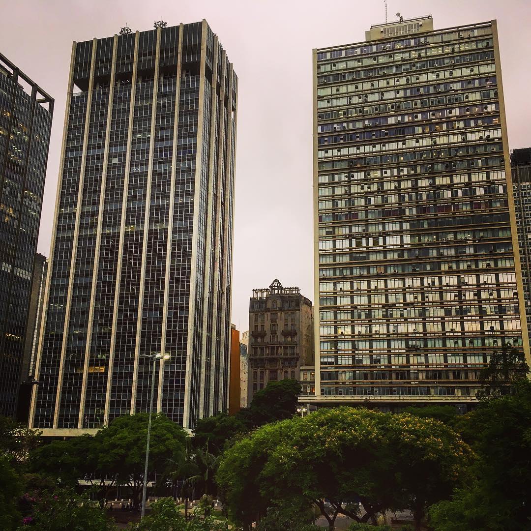 São Paulo, État de São Paulo, Brésil. Entre deux gratte-ciel du centre-ville, le manoir du docteur Strange.