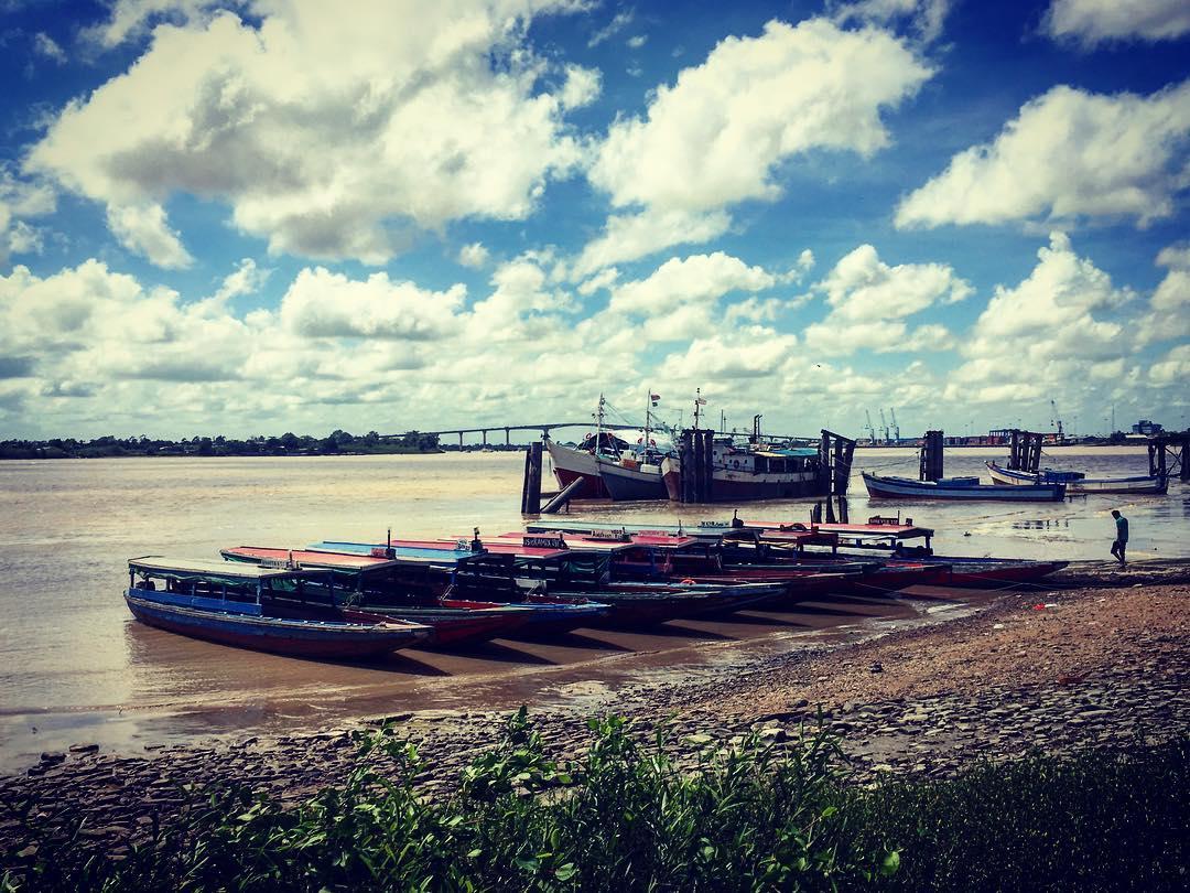 Paramaribo, Suriname. Le fleuve Suriname, qui donne son nom au pays.