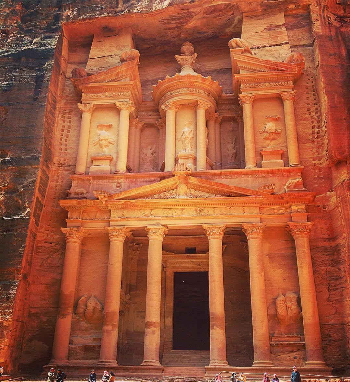 """Petra, Jordanie. Au sortir des gorges étroites du Sîq, le lit de l'ancienne rivière qui alimentait la ville, le """"Trésor"""" apparaît dans sa livrée de grès rose, magnifiée par la lumière du matin."""