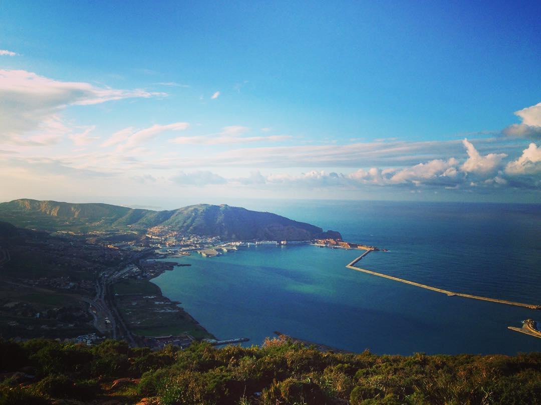 """Mers el-Kébir, Algérie. Mers el-Kébir (""""le grand port"""" en arabe) vu depuis le sommet de l'Aïdour."""