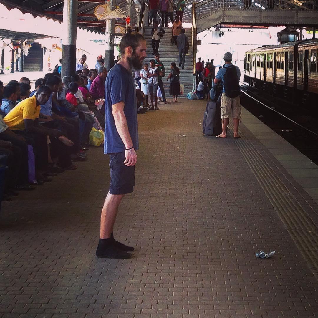 Colombo, Sri Lanka. Quai de la gare de Colombo Fort. Ce jeune homme est resté dans cette position pendant une demi-heure.