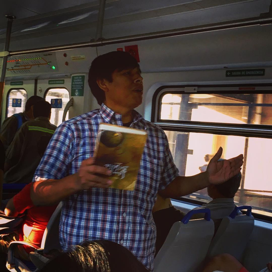 Alléluia ! Dans le train entre Tigre et Buenos Aires, Argentine. Un prédicateur ferroviaire.