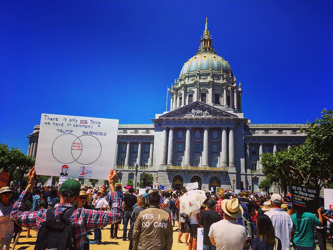 Famous Orange Structures. San Francisco, Californie, États-Unis d'Amérique. Manifestation « Families belong together » (les familles doivent être ensemble) devant l'hôtel de ville.
