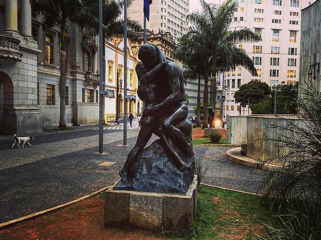 São Paulo, Brésil. Place São Francisco, « Beijo Eterno » (baiser éternel).