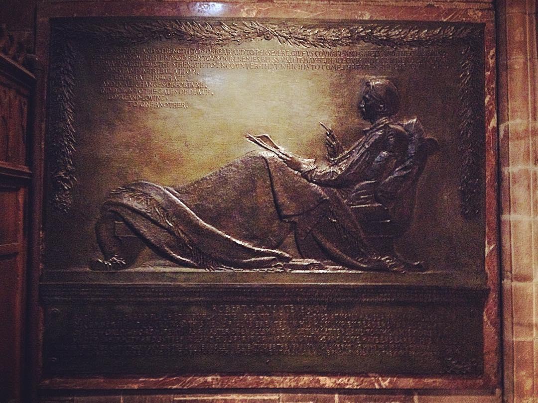 Édimbourg, Écosse, Royaume-Uni. Dans la cathédrale Saint-Gilles, une plaque, la plus grande, dédiée à Robert Louis Stevenson, l'enfant d'Édimbourg.