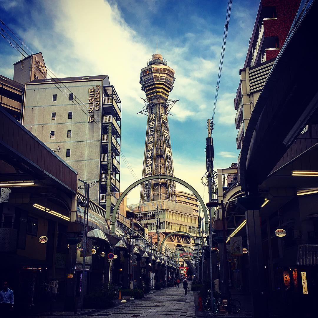 Osaka, Japon. Tour Tsūtenkaku, dans le quartier de Shinsekai.