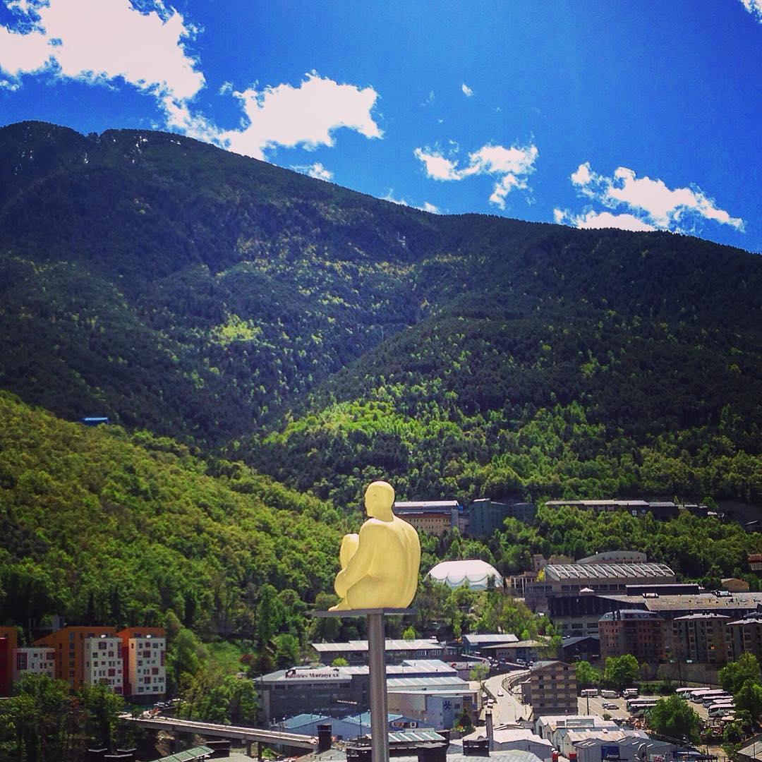 Vive le coprince Emmanuel ! Andorre-la-Vieille, la petite capitale de la modeste (mais pas humble) principauté d'Andorre, nichée dans une vallée cachée aux creux des Pyrénées.