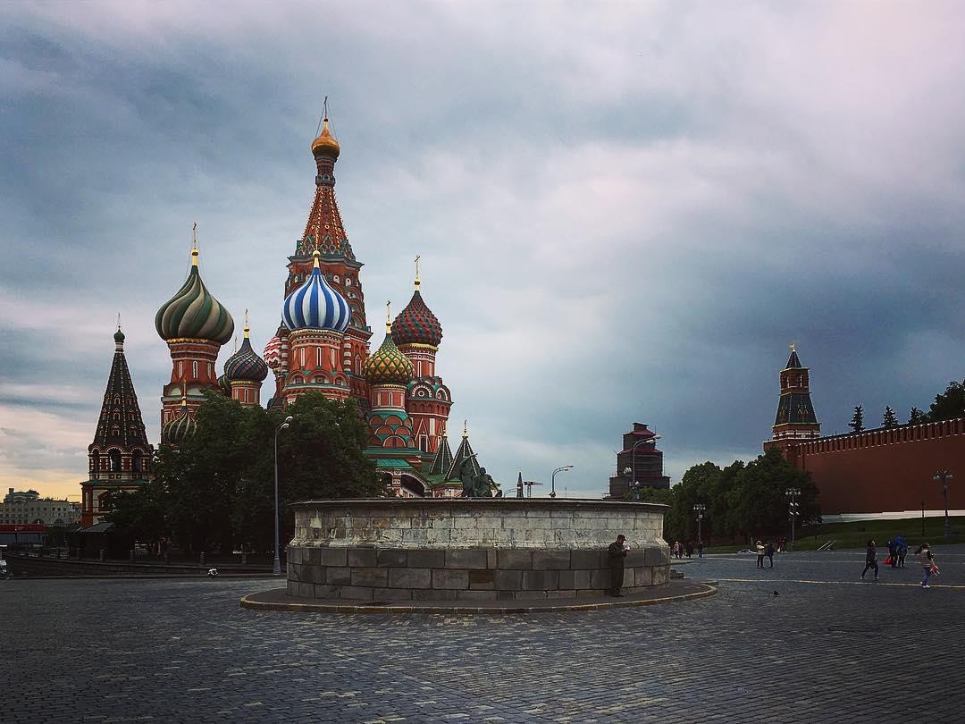 Moscou, Russie. Sur la Place Rouge, aux premières lueurs d'un matin blafard, adossé au mur de la Place des Crânes, devant la Cathédrale Basile-le-Bienheureux, un homme en uniforme égrène des psaumes.