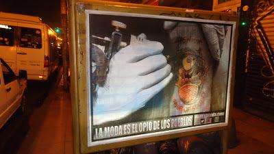 Fernando Lozano: empapelar las paredes con afiches de la novela que escribe. Sandra Ávila